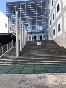 3. 昇降口階段登る